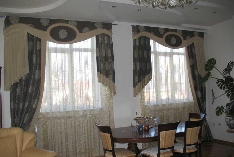 шторы в гостиной с разной длиной