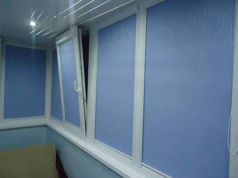 синие ролеты на балконе