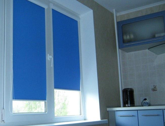 синие рулонные шторы для кухни