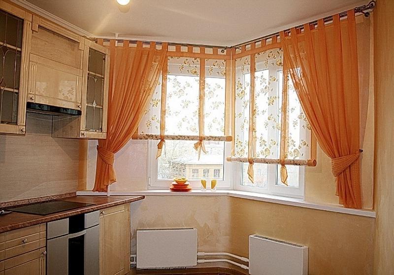 сворачиваемые рулонки с тюлем на кухне