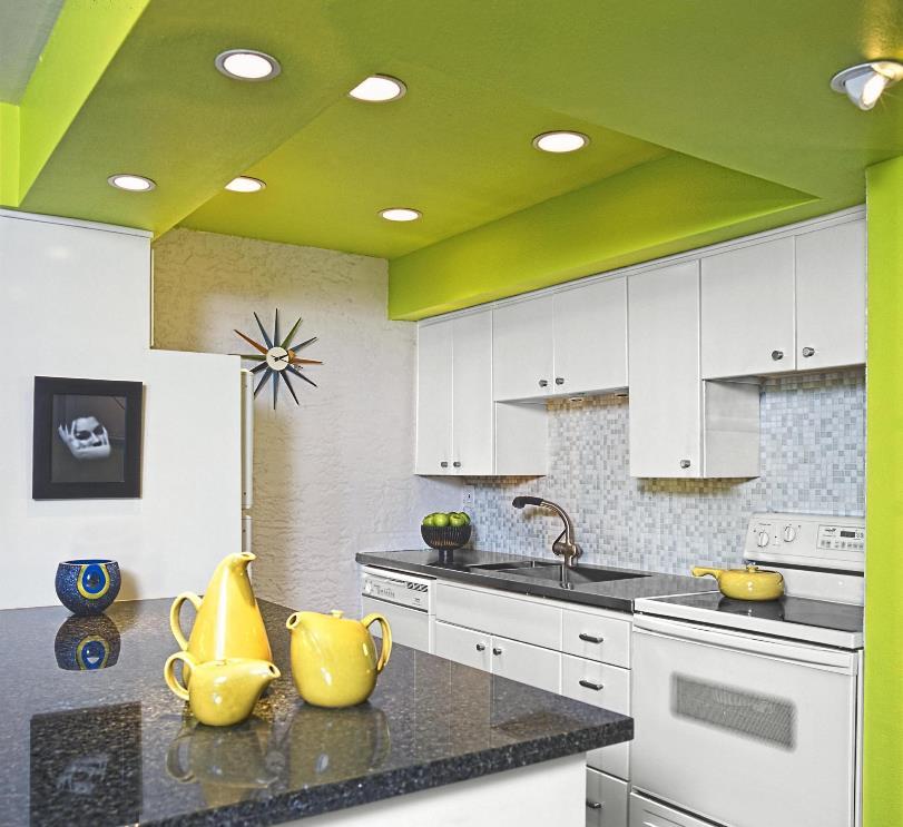 белый гарнитур и зеленый потолок