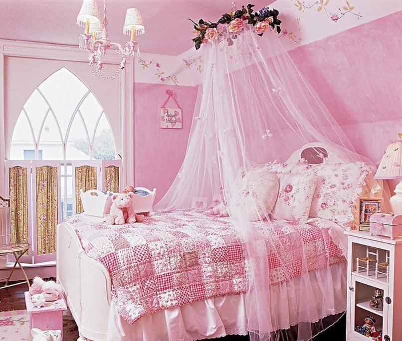 навес над кроватью в розовой комнате