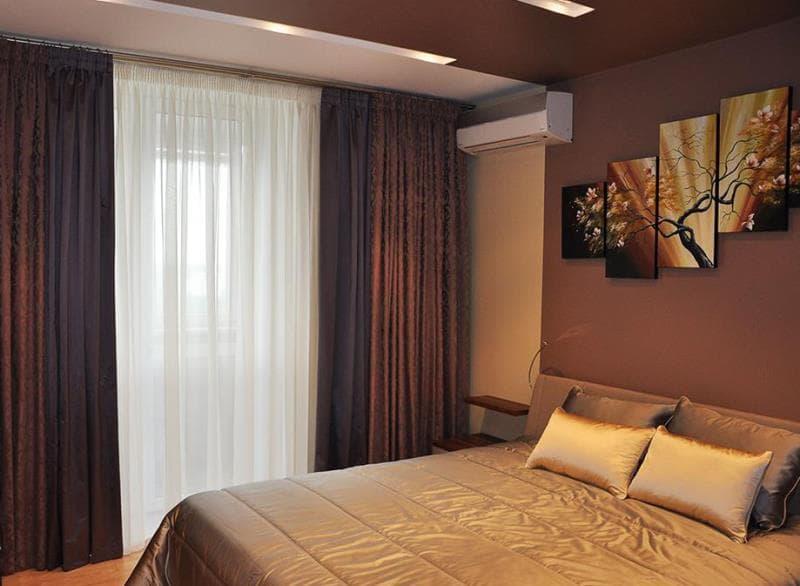 темные шторы и светлое покрывало на кровати