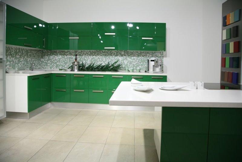 зеленый фасад мебели на белоснежной кухне