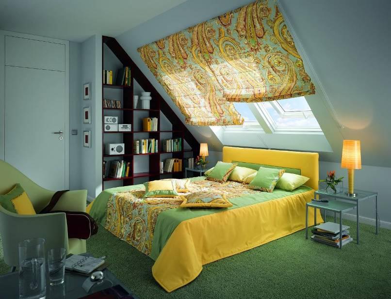 кровать под мансардным окном