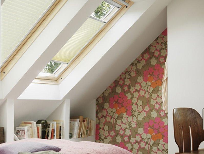 плиссе в маленькой спальне под крышей