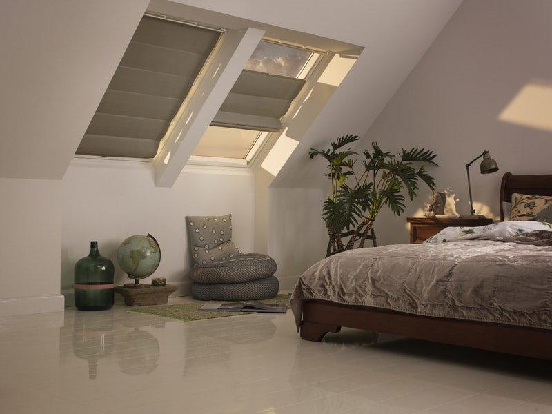 римки на мансардном окне в спальне