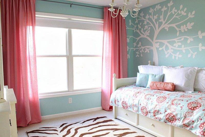 гармоничное сочетание розовой занавески и бирюзовых стен