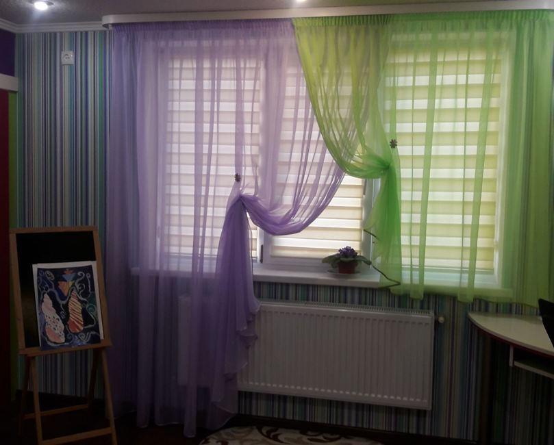 сочетание салатного и фиолетового цветов на одном окне