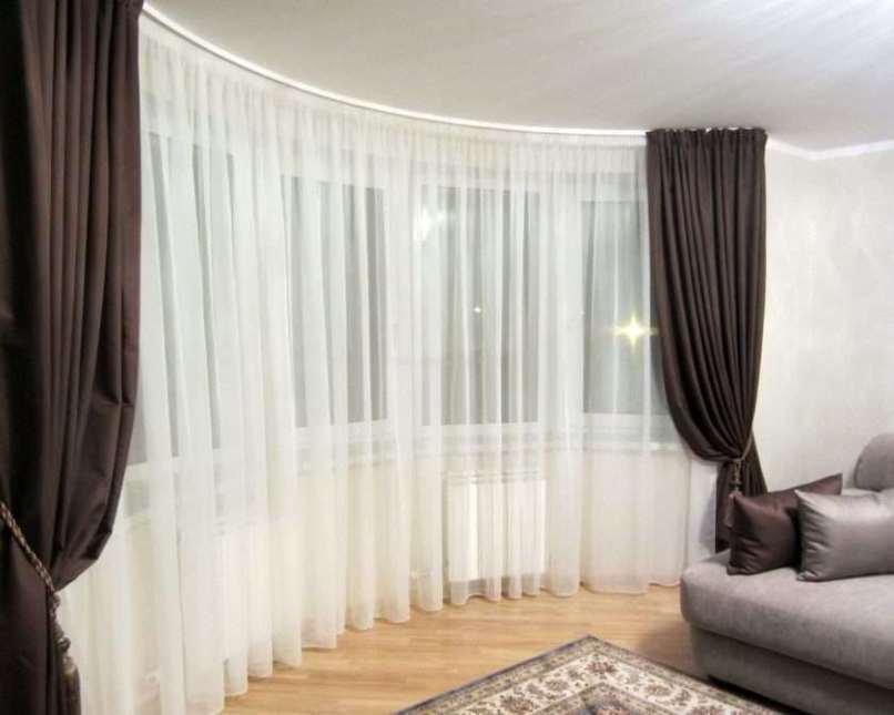белая тюль и темно-коричневые шторы в зале