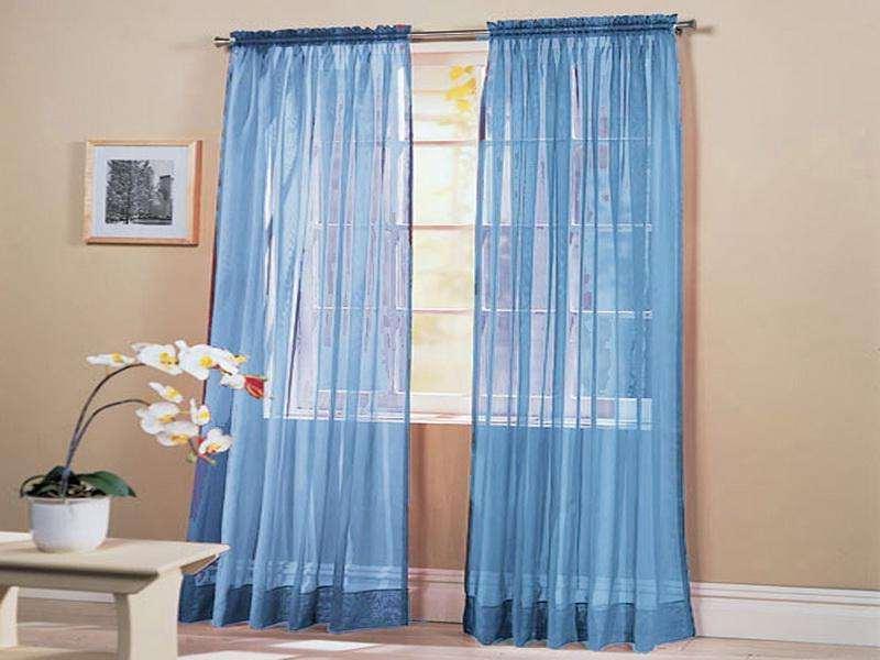 голубой цвет занавесок подчеркивает внимание на окне