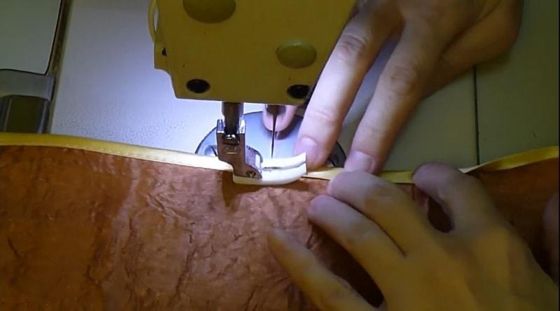 изделие во время пришивания придерживается руками с двух сторон