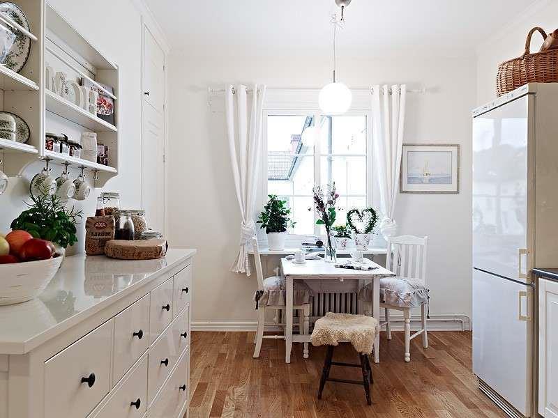 кухня с короткими занавесками