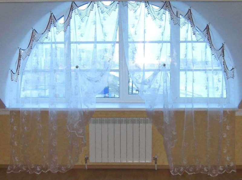 подвешенная на крючках тюль на нестандартном окне