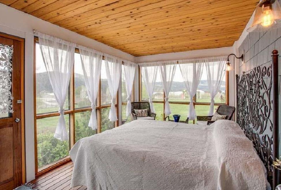 простая драпировка тюля в спальне