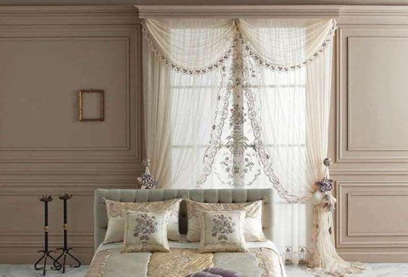 прозрачная занавеска с узорами в спальне