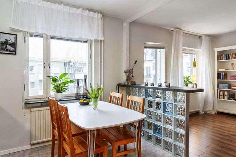 занавески разной длинны на окнах в квартире студии