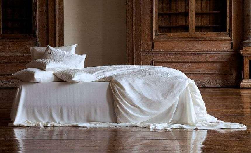 постельное белье из бесцветной ткани