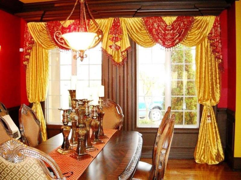 столовая оформленная золотыми шторами