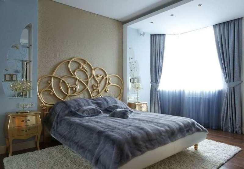 тюль в спальню можно повесить с однотонными плотными портьерами