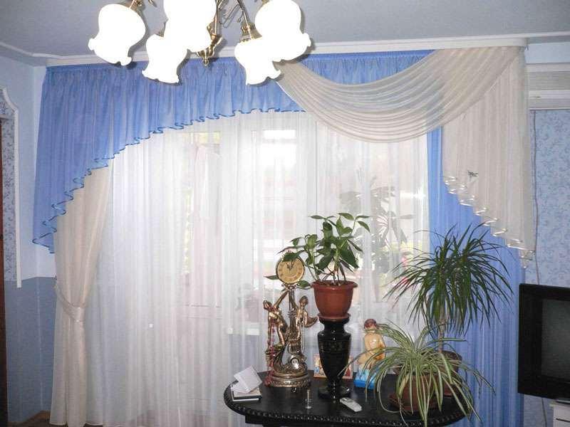 в гостиной арочные занавески в качестве ламбрекена