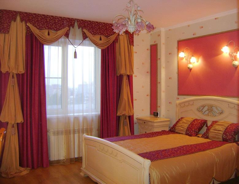 в спальне лучше всего сочетать такие шторы с плотными портьерами