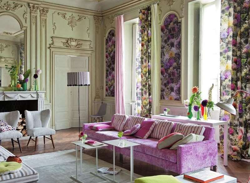 яркие цветочные рисунки и жизнерадостные расцветки у портьер в гостиной