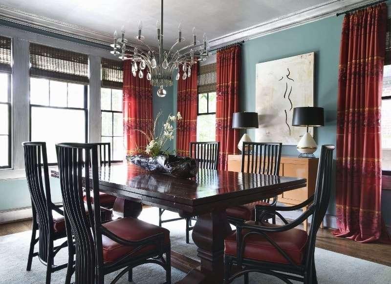 Бордовые шторы в интерьере классической столовой