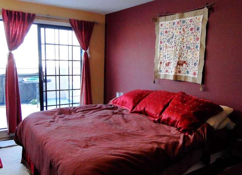 бордовая стена в изголовье кровати