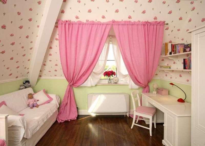 даже небольшие занавески в розовой комнате приковывают внимание