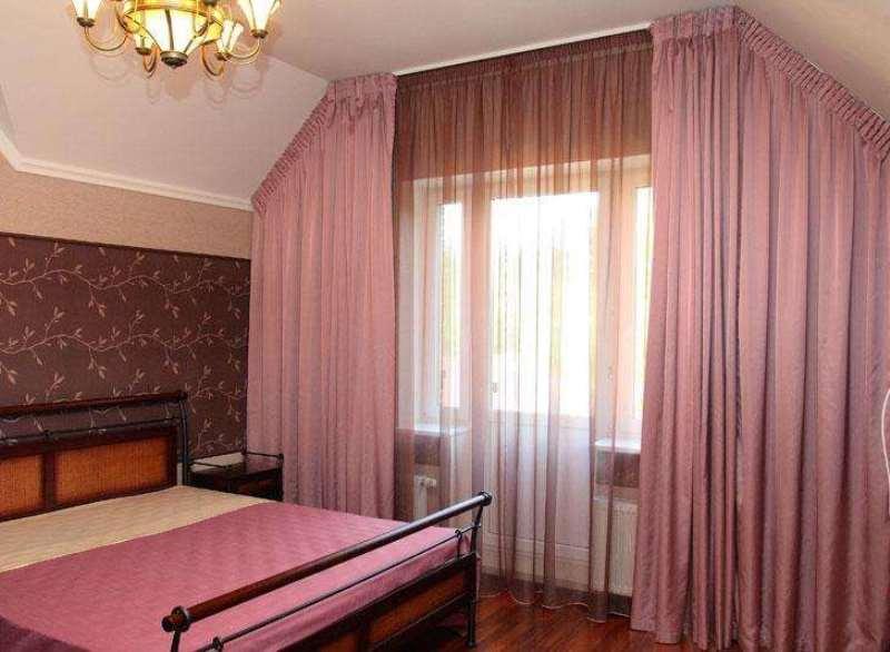 спальня на мансарде в розовых тонах