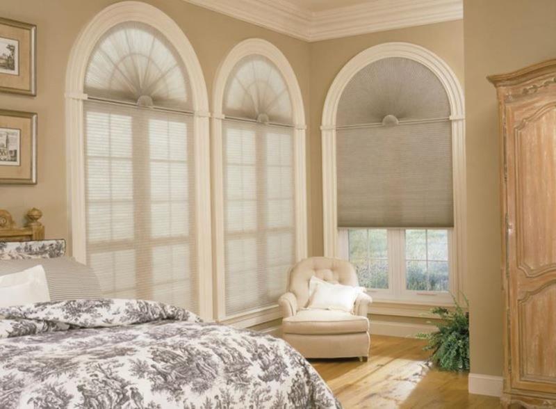 спальня со сложными окнами