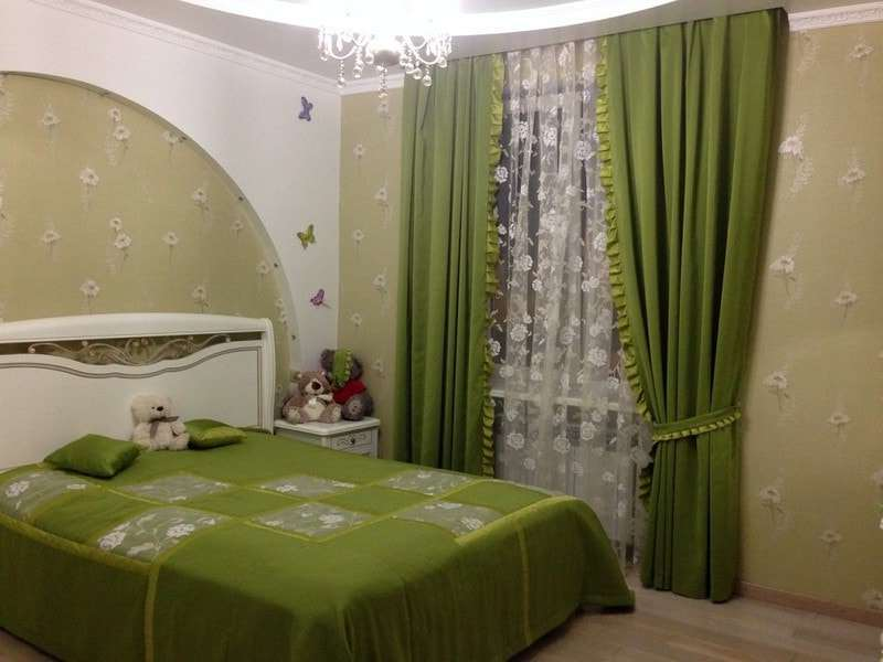 темно-зеленые портьеры и покрывало кровати