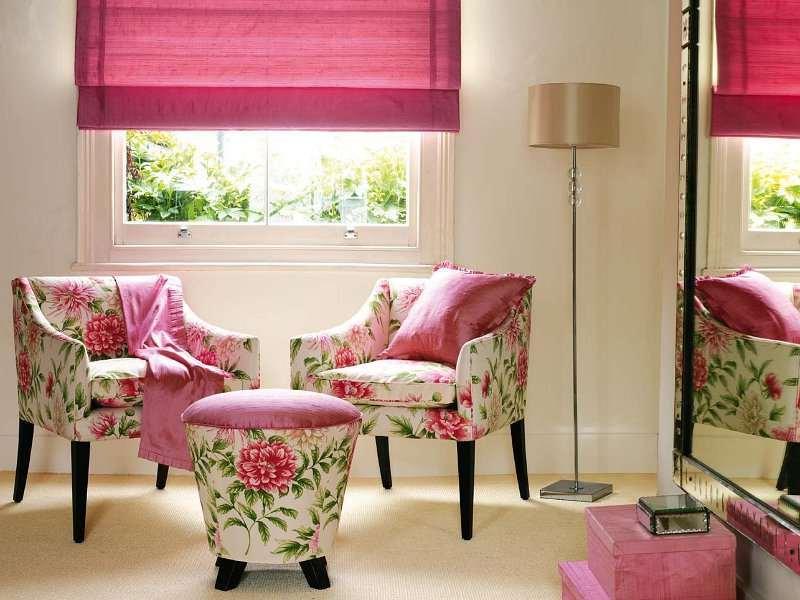 в небольшой гостиной римские шторы розового цвета
