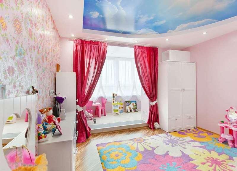 ярко-розовые шторы не потеряются на фоне стен и мебели