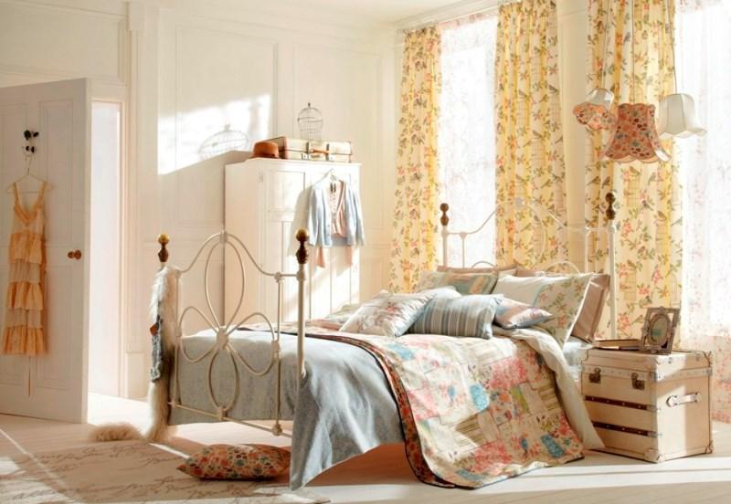 занавески в светлой спальне