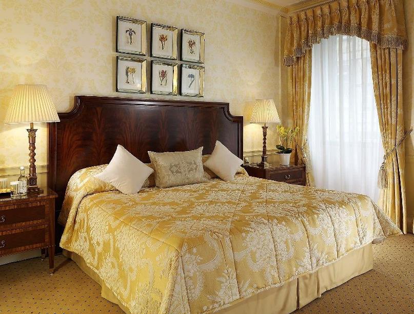 золотой цвет тоже может быть применен при обустройстве спальной комнаты