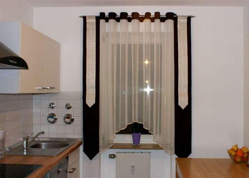 на кухне можно зрительно расширить окно за счет узких штандартов по бокам