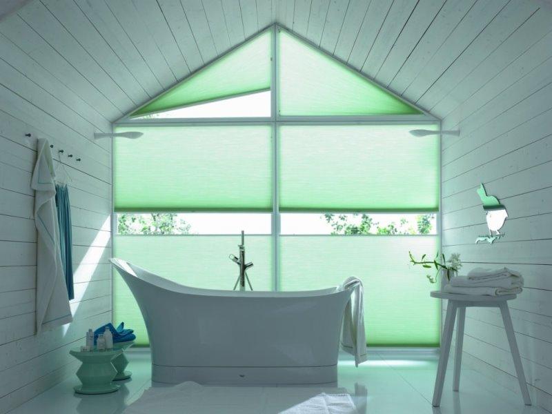 дизайнерское решение для нестандартных окон в ванне