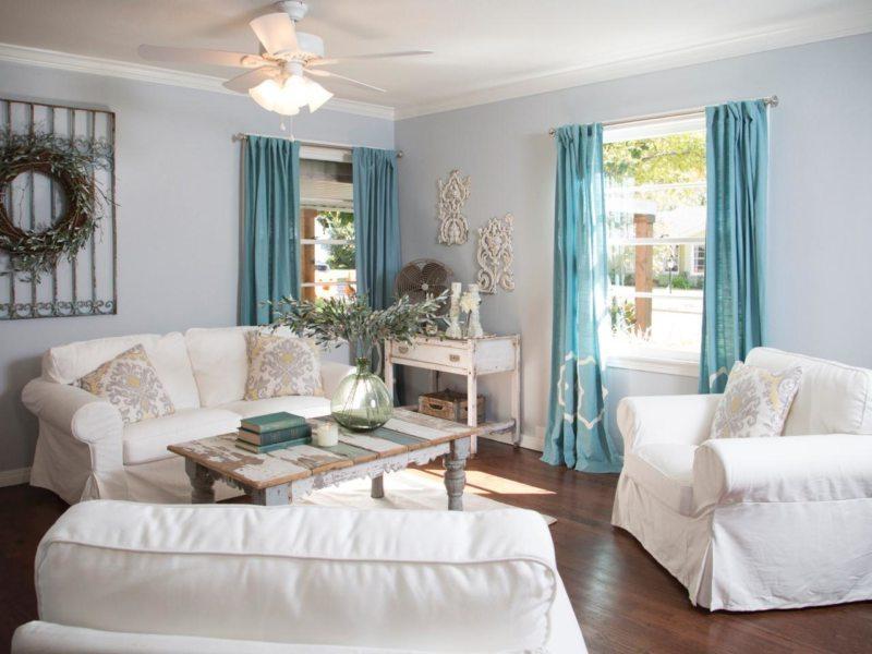 голубые портьеры в пол в интерьере гостиной