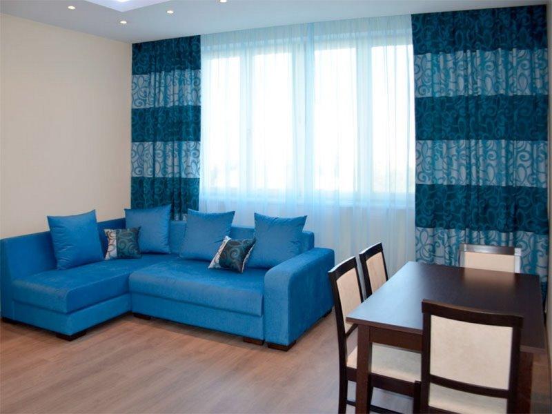 голубые шторы и тюль в интерьере зала