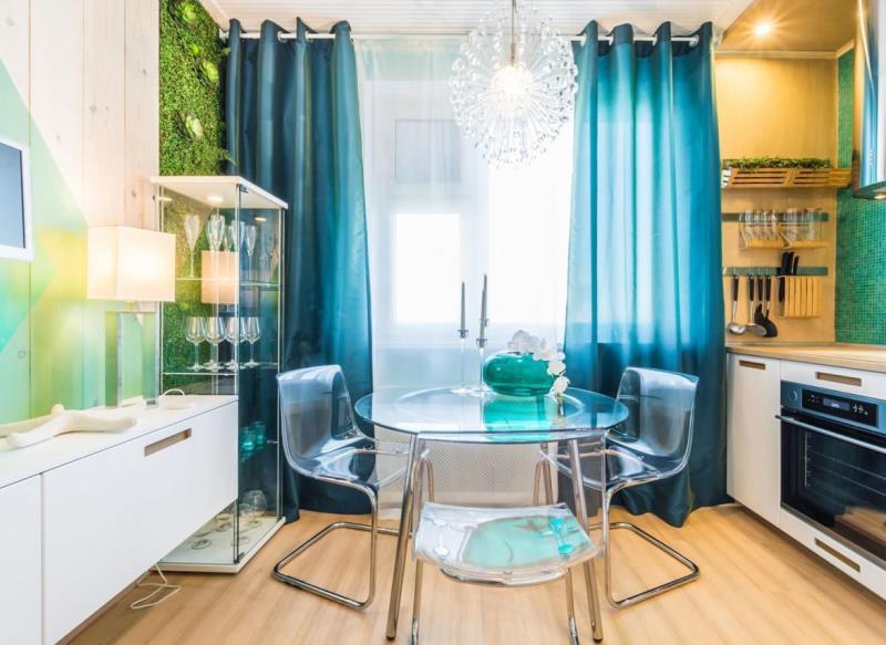 голубые шторы на люверсах в кухне