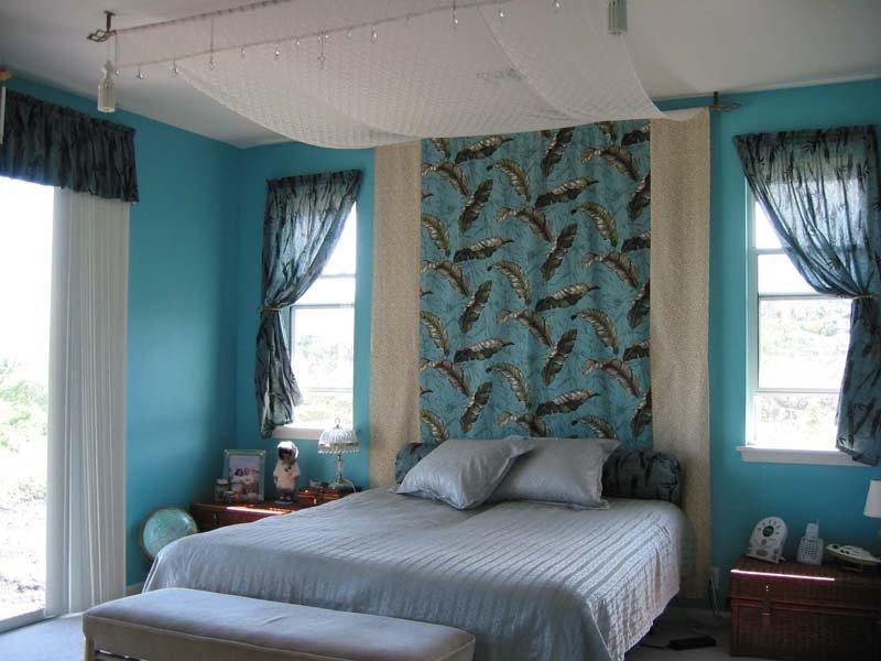 голубые занавески в спальне