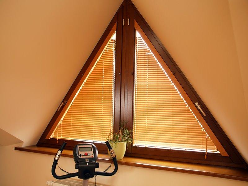 горизонтальные жалюзи можно приспособить и к треугольному окну