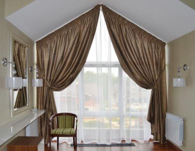 итальянские шторы на окне с треугольным верхом