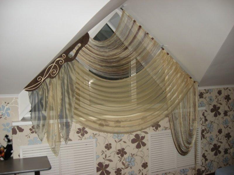 изящная драпировка тюлем небольшого треугольного окна