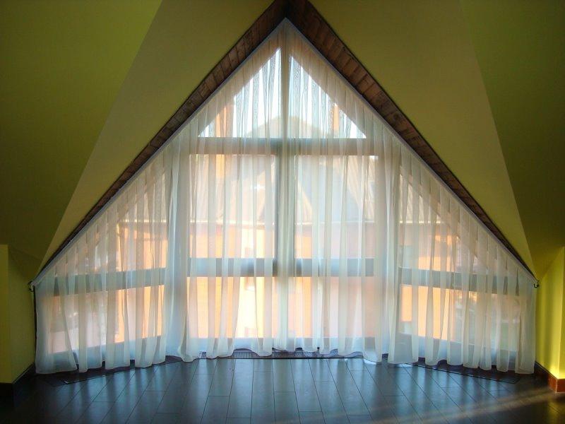 мансардное окно с тюлем