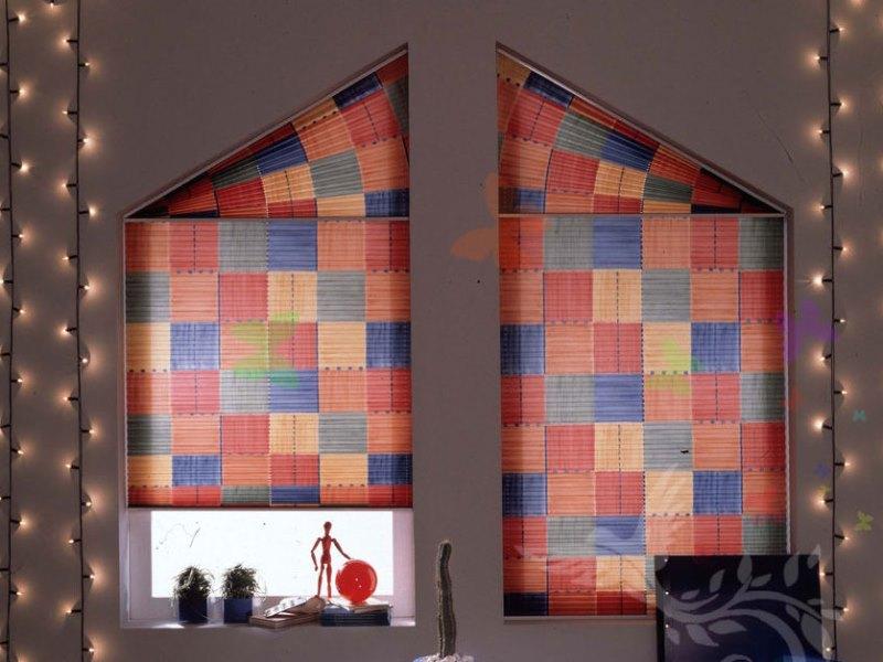 плиссе на окне с треугольным верхом