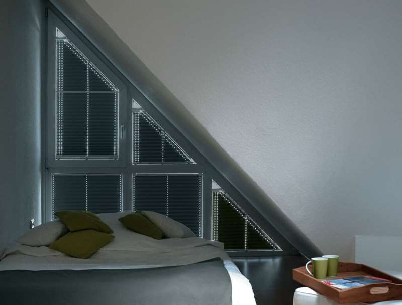 плиссе в спальне с окном углом