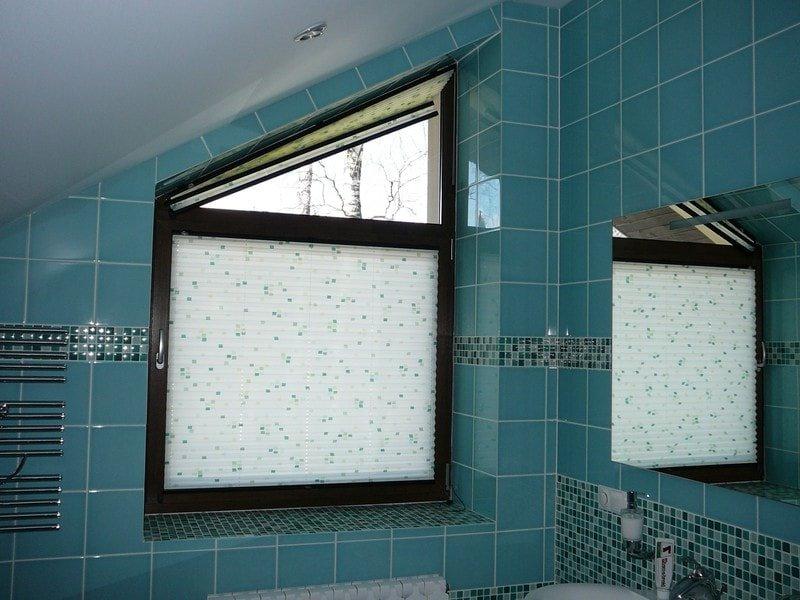 плиссе в ванной комнате с мансардным окном